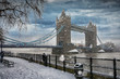 Die Tower Bridge in London bei Schneefall im Winter - 194514766