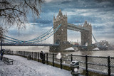 Die Tower Bridge in London bei Schneefall im Winter