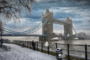 Die Tower Bridge in London bei Schneefall im Winter