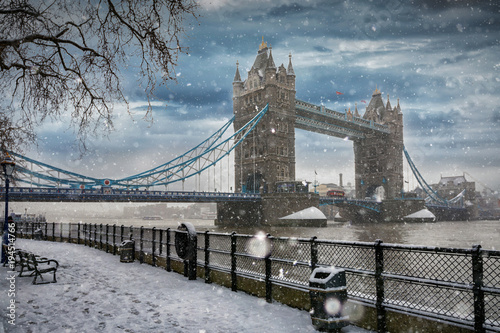 Deurstickers Londen Die Tower Bridge in London bei Schneefall im Winter