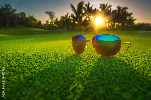 Poster Gras Beautiful glasses on golf course