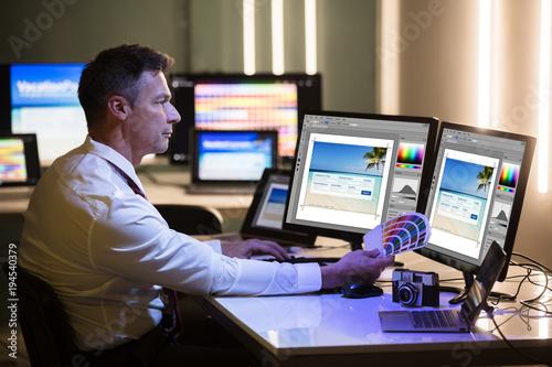 Projektant Trzyma Kolorowego Swatch Pracuje Na komputerze