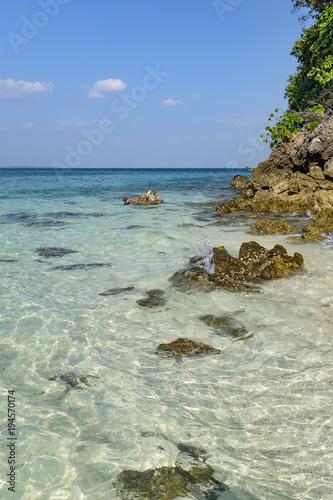 Deurstickers Tropical strand Playa de agua turquesa con rocas