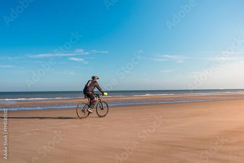 Foto op Canvas Blauw vtt sur la plage