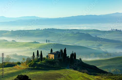 Fotobehang Toscane Morgenstimmung in der Toskana, Rollende Hügel mit Nebel, Morgenlicht, Val d'Orcia, Toskana, Italien
