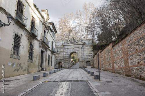 Foto Murales Ancient door Puerta de las Granadas near the Alhambra,Granada, Spain.