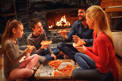 Papiers peints Pizzeria parents and children have fun and eating pizza together