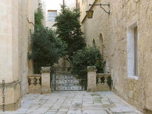 Fotobehang Smalle straatjes Quiet old street in the city of Mdina. Malta.