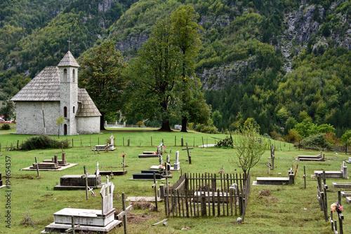 Fotobehang Pistache Kirche mit Friedhof