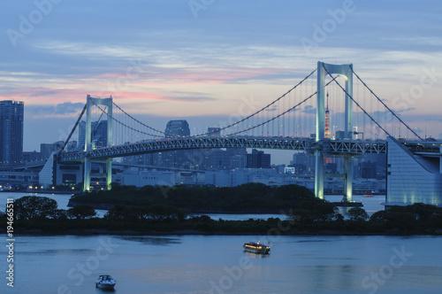 Aluminium Tokio Skyline View of Rainbow Bridge in Odaiba, Japan at Dusk