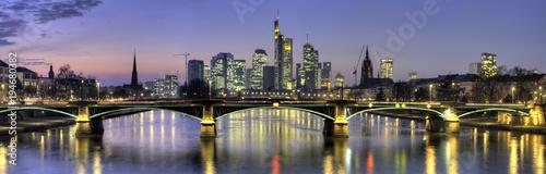 Panoramę Frankfurtu w wieczór widziany z Main