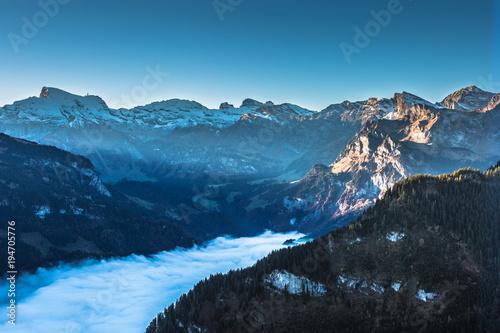 Foto op Aluminium Ochtendgloren Sonnenaufgang im Bergtal mit Nebel