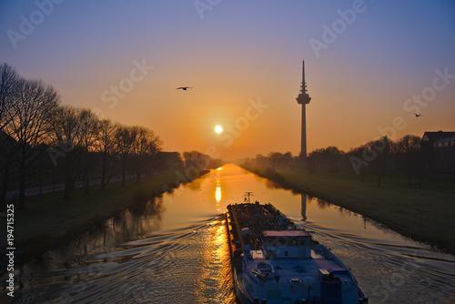 Foto op Aluminium Ochtendgloren Sonnenaufgang mit Schiff und Möve am Neckar