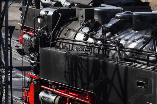 dwa historyczne pociągi parowe
