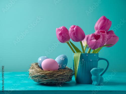 Wielkanocny wakacyjny pojęcie z tulipanowymi kwiatami