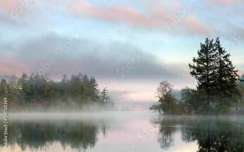Wcześnie rano mgła nad zatoką