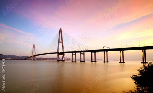 Krajobraz most nad morzem przy półmrokiem