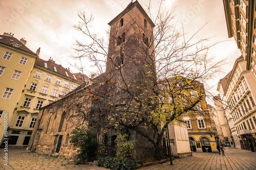 In de dag Wenen Die römisch-katholische Ruprechtskirche ist die älteste in ihrer Grundsubstanz noch bestehende Kirche der Stadt Wien.
