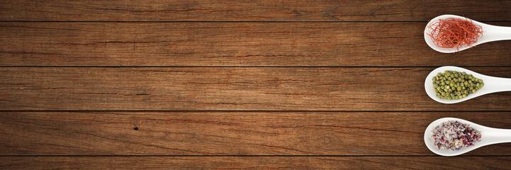 Verschiedene Gewürze mit Löffel auf Küchenplatte - Banner | Hintergrund