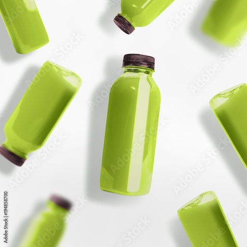 Papiers peints Jus, Sirop Green smoothie or juice bottles pattern on white background, top view, flat lay. Branding copy space