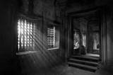 Des rayons de soleil dans un couloir du temple d'Angkor Wat au Cambodge