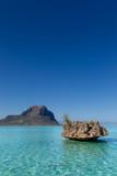Crystal Rock im türkisen Wasser der Lagune bei Le Morne, Mauritius, Afrika, im Hintergrund der Berg Le Morne Brabant.
