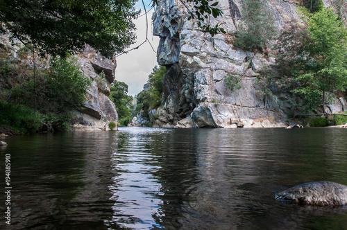 Plexiglas Zwart Lago no meio das montanhas