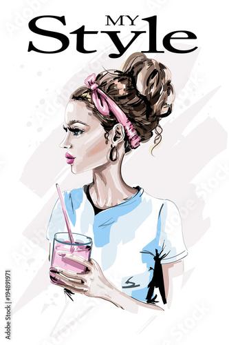 moda-kobieta-ze-szklanka-soku-recznie-rysowane-portret-pieknej-kobiety-naszkicowac