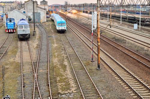 Foto op Plexiglas Spoorlijn Pociągi na bocznicy w pochmurny dzień
