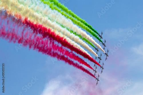 frecce tricolore in formazione in cielo per la festa della repubblica italiana