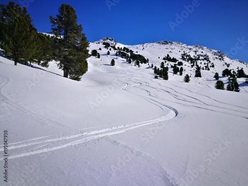 Skispuren im Schnee Largoz
