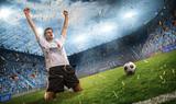 Jubelnder Fußballspieler - 195063386