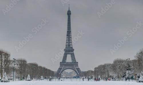 Fotobehang Eiffeltoren Paris en Hiver sous la neige