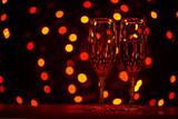 два фужера с шампанским на фоне огоньков