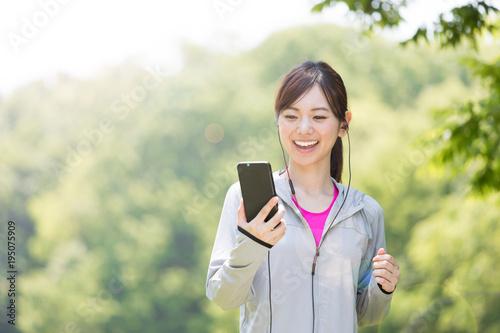 Deurstickers Jogging 公園でジョギングするスポーティーな女性