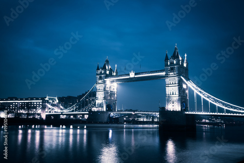 mata magnetyczna the iconic Tower Bridge of London lit up at night over the River Thames