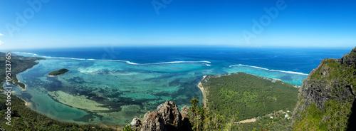 Deurstickers Panoramafoto s Blick vom Le Morne Brabant auf die Lagune an der Südküste von Mauritius, Afrika.
