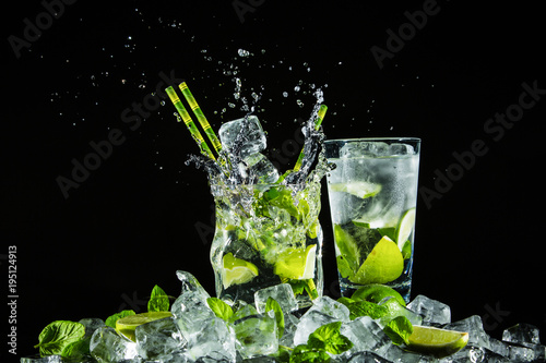 Foto op Canvas Opspattend water Mojito on ice