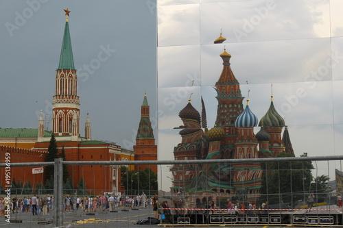 In de dag Moskou Roter Platz mit Basilius-Kathedrale und Kreml