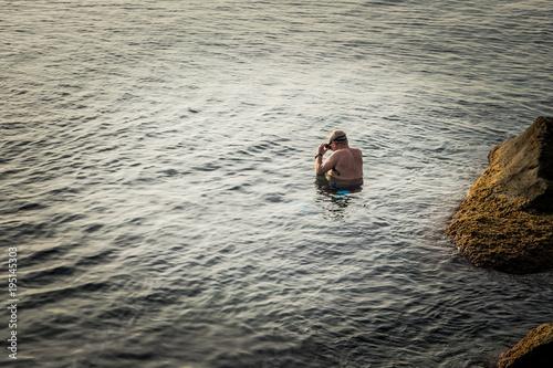 Fotobehang Liguria Anziano che fa snorkeling