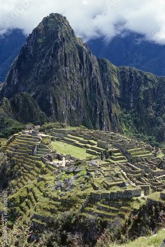 Fotobehang Nachtblauw Machu Picchu Gesamtansicht, Peru