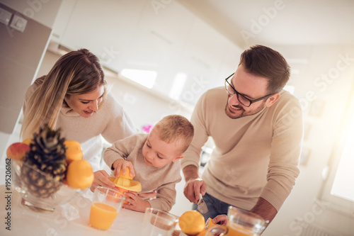 Foto op Canvas Sap Family make fresh orange juice