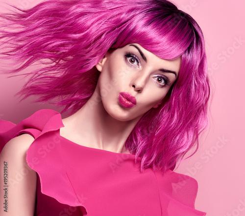 Seksowny piękna pani z Kiss Face. Modna fryzura na przyjęciu. Moda kobieta w różowej letniej sukience. Młoda figlarnie kobieta model w eleganckim moda stroju. Modne okulary przeciwsłoneczne