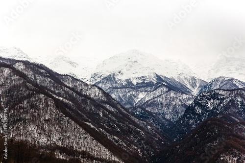 paesaggio montagne neve inverno