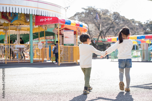 Foto op Aluminium Amusementspark 遊園地で遊ぶ子供