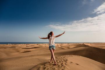 Junge Frau läuftauf dem Sand in Maspalomas  © ajlatan
