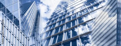 Fototapeta samoprzylepna Wolkenkratzer und Glasfassaden