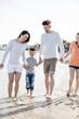 Familie hat spaß beim spazieren am strand