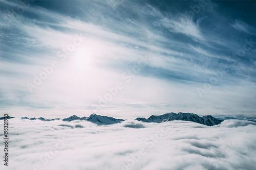piekne-osniezone-szczyty-gorskie-i-chmury-mayrhofen