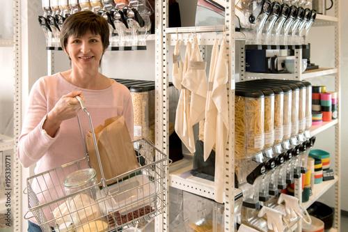 Plastikfreies Einkaufen, Frau mit Warenkorb im Zero Waste Laden